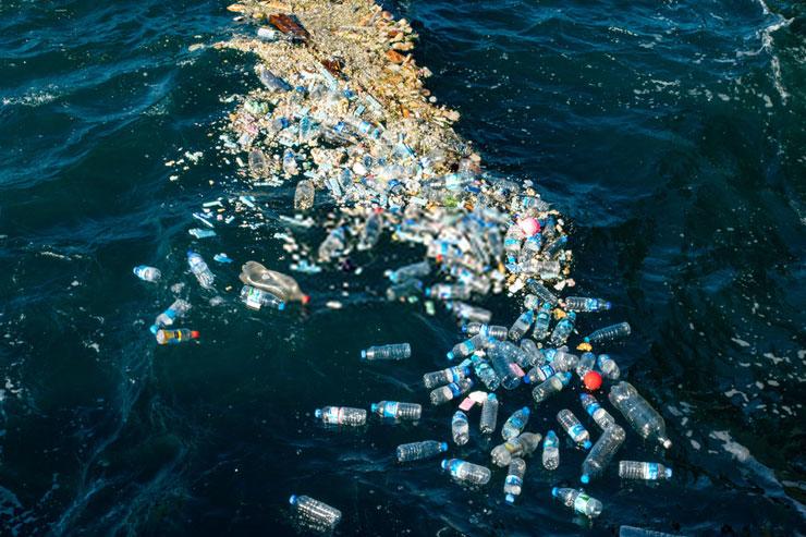Oceano con plásticos